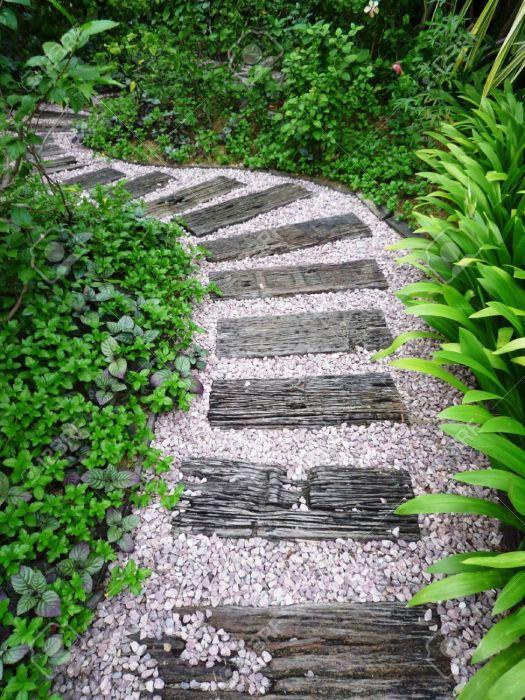 Дорожка выложенная натуральным камнем и экологически чистым декоративным деревом.
