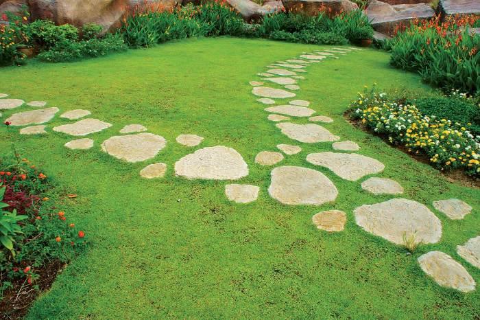 Создание садовой дорожки при помощи камней разной формы в ландшафтном дизайне.