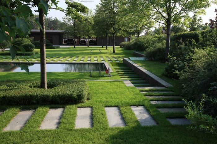 Обычные бетонные плиты разных форм и размеров могут стать одними из лучших предметов в декорировании садового участка.