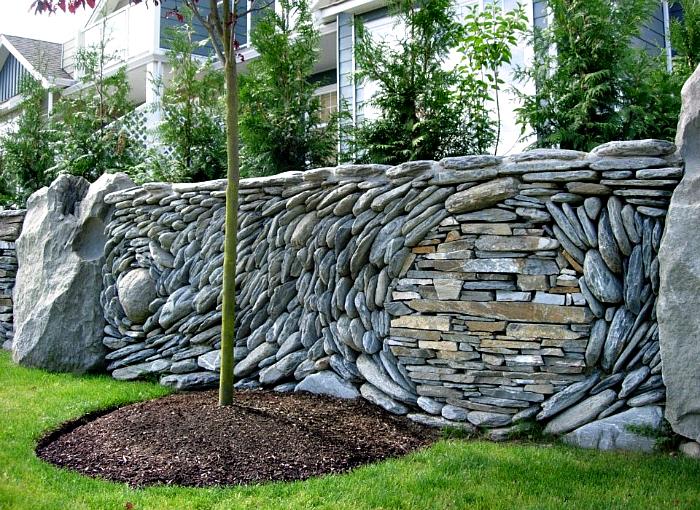 Сочетание декоративного и натурального камня позволило создать сказочную композицию.