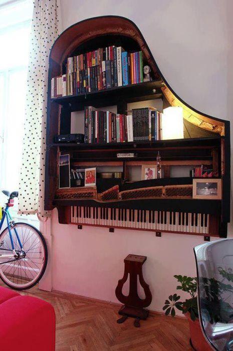 Необычная книжная полка из старого фортепиано.