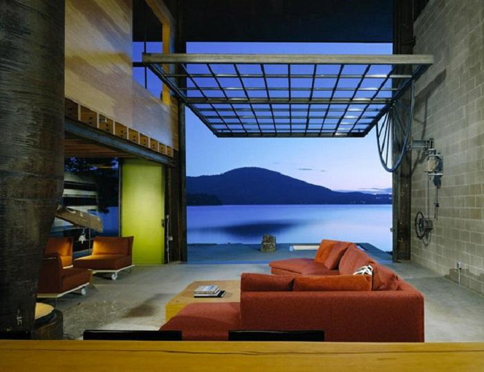 Комбинированная просторная гостиная комната, из которой открывается прекрасный вид на горный массив.