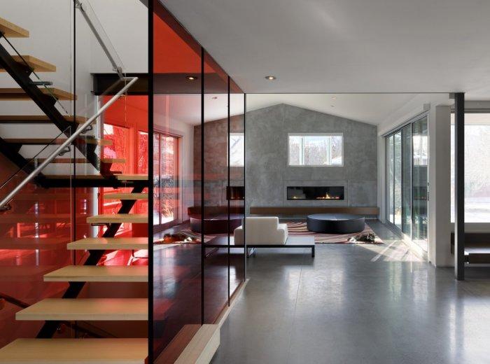 Панельные окна вместо стен, создают визуальное увеличение пространства в каждой комнате.