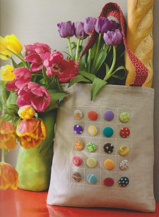 Сумочка красиво украшенная маленькими разноцветными пуговицами.