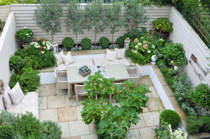 Классическая мебель и хорошее озеленение пространства создаст невероятно комфортную обстановку.