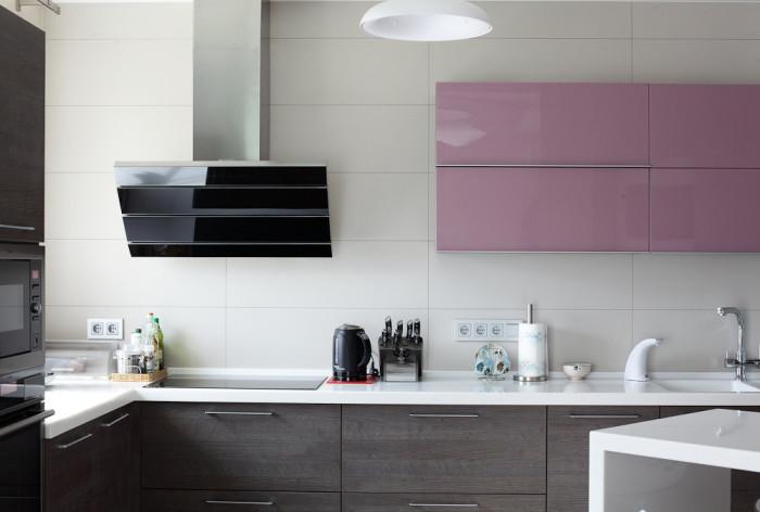 Ультрамодное решение для кухонного интерьера - подчеркивание гарнитуры ярким насыщенным акцентом.