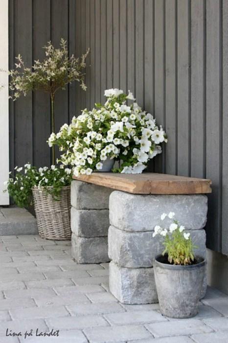 Простая, но удобная самодельная скамейка, которую несложно изготовить из деревянной доски и бетонных блоков, станет хорошим местом для отдыха и функциональным украшением дачного участка.