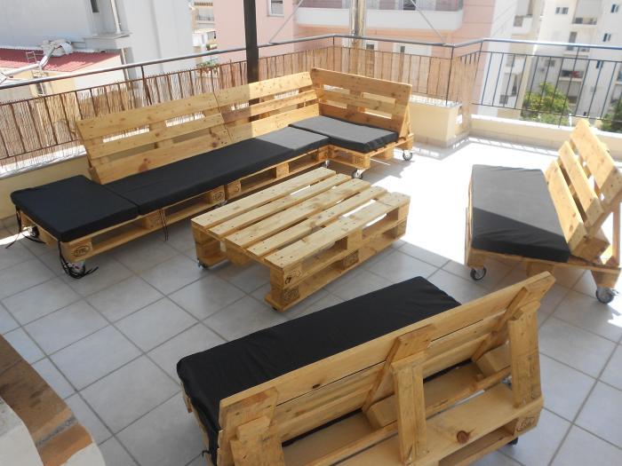 Стильную мебель можно создать из обычных деревянных поддонов.