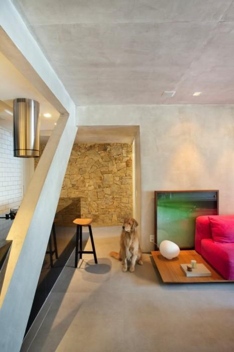 Использование декоративного камня в интерьере - довольно распространенный дизайнерский приём.