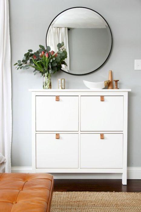 Спальня в маленькой комнате будет казаться больше, если в ней присутствуют светлые элементы.