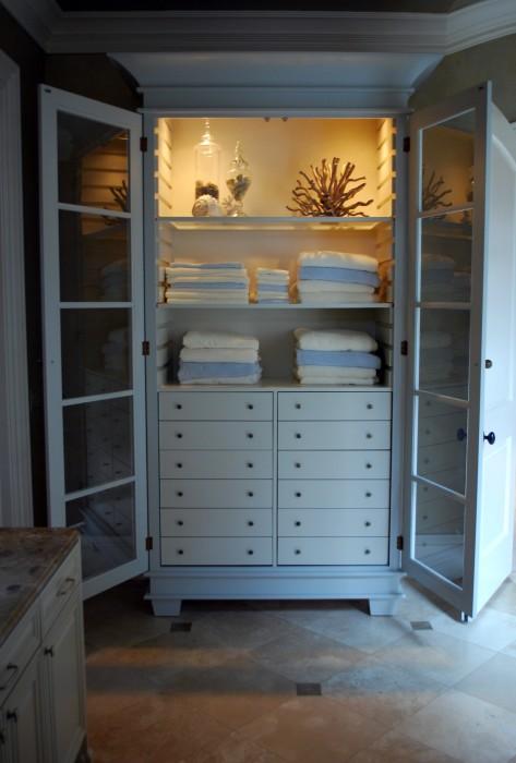 Если ванная комната не отличается большими размерами, то актуально разместить в ней шкаф-органайзер.