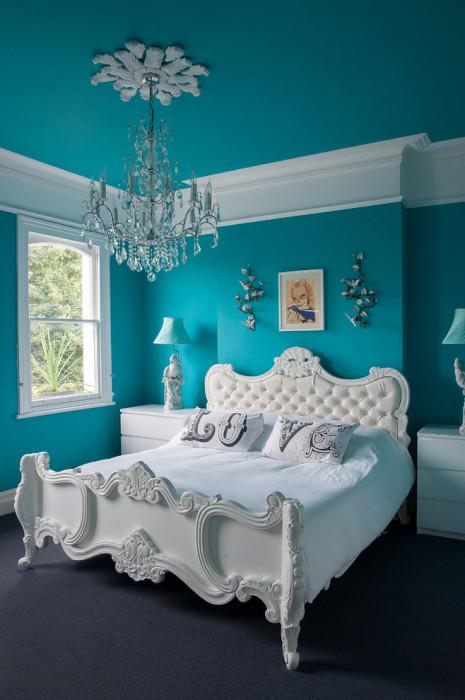 Оттенок голубого и зелёного цветов позволит создать лёгкую и воздушную атмосферу в спальной комнате.