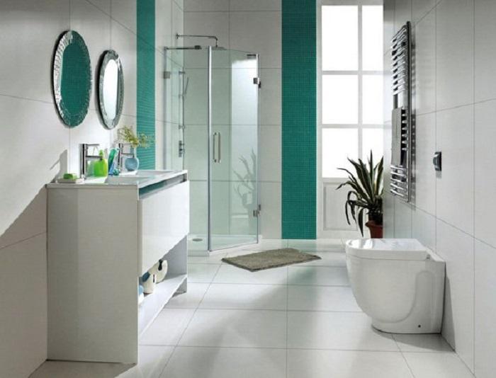 Сочетание светлого и бирюзового оттенка в интерьере ванной комнаты.