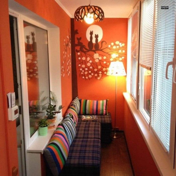 Ярко-оранжевая застеклённая лоджия, уютный диванчик, лёгкое искусственное освещение и книга - всё, что нужно для обустройства комфортного местечка для чтения.