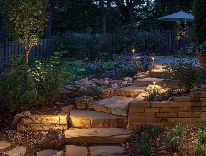 Небольшие светильники вдоль дороги станут незаменимым элементом в ландшафтном дизайне.