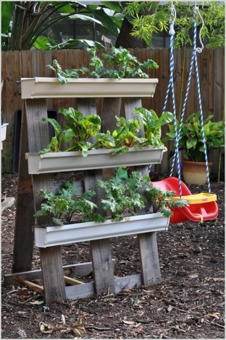 Эффектный вертикальный сад можно сделать из обычного деревянного поддона и пластиковых ящичков для цветов и растений.