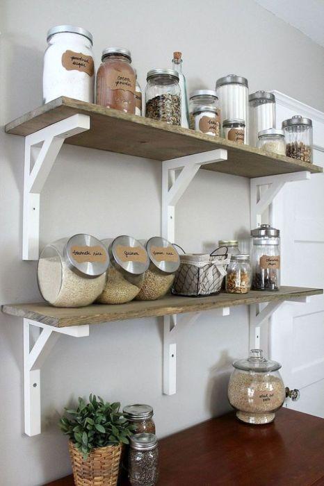 Для хранения круп и различных приправ можно использовать обычные стеклянные контейнеры, которые значительно разгрузят место в шкафах и помогут навести порядок на кухне.