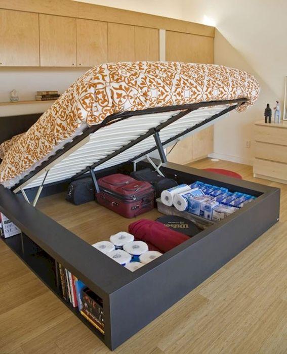 Многие начинают использовать свободное пространство под кроватью как склад редко используемых или вовсе ненужных вещей.