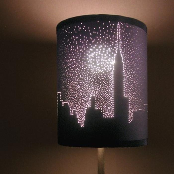 Узоры на лампе подобранные исходя из общей стилистики помещения.
