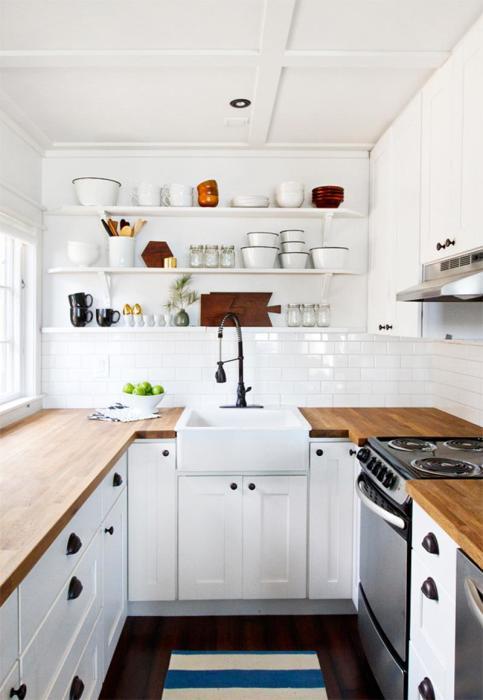 Отличный пример оформления интерьера кухни с маленькой площадью в светлых тонах с акцентными деревянными столешницами, которые создают удивительную атмосферу.