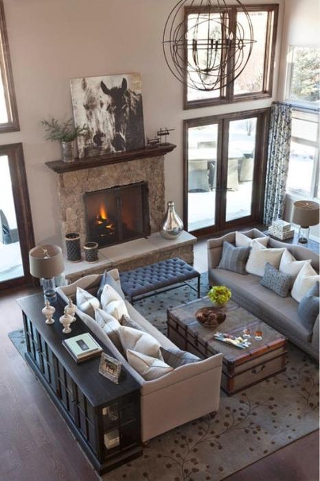 Гостиная комната с камином и двумя удобными диванчика - мечта многих домовладельцев.