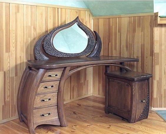 Туалетный деревянный столик с зеркалом в классическом стиле.