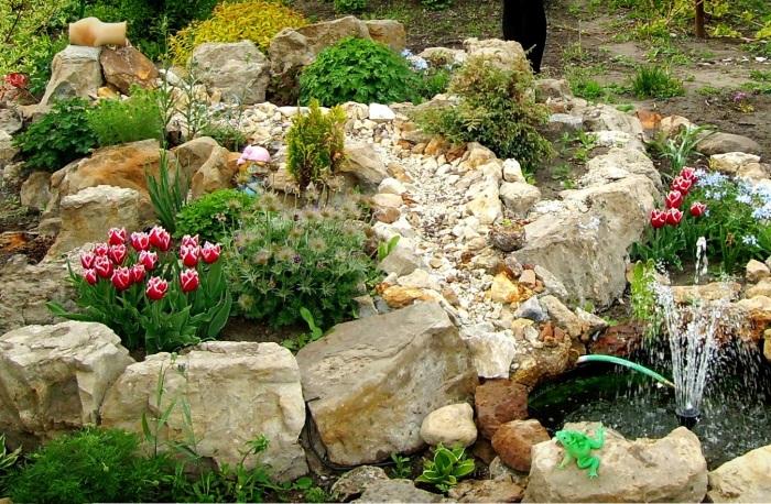 Даже маленький рокарий в саду способен полностью преобразить садовый участок.