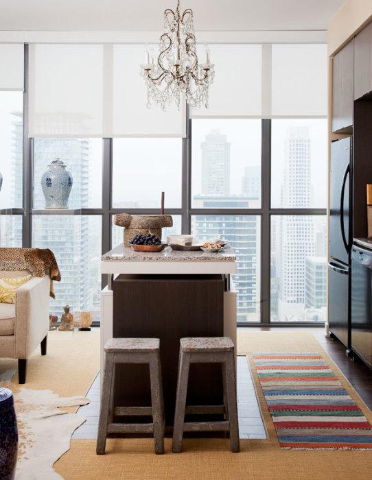 Красивое и современное дизайнерское решения на кухне с большими панельными окнами.