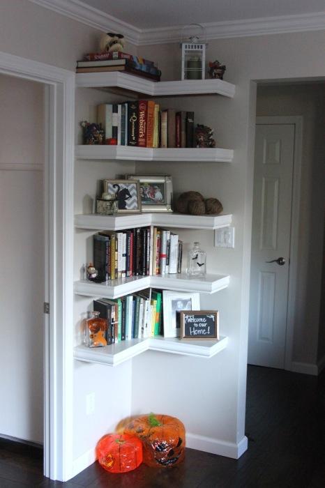 Угловые полки позволят не только сэкономить пространство, но и разнообразить помещение.