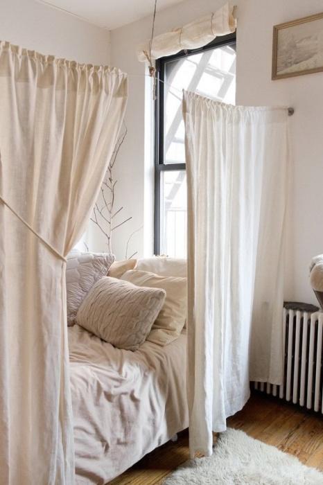 Обычные занавески позволят оградить спальное место и насладится уединением.