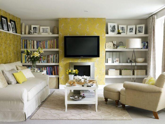 Небольшая гостиная комната в теплых пастельных тонах.