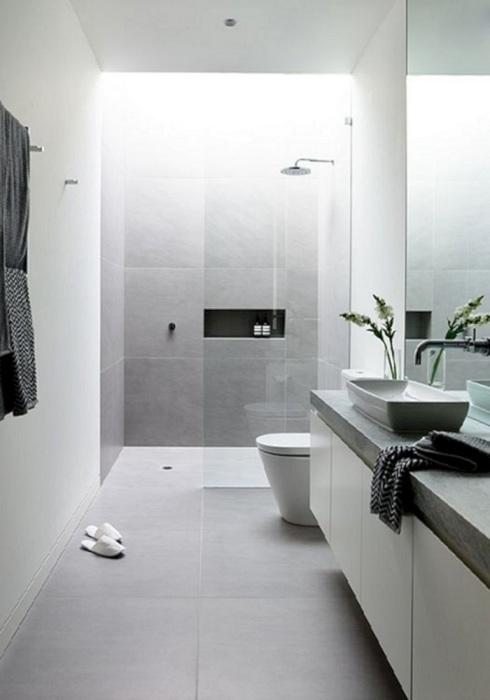 Нотки классицизма в просторной ванной комнате в стиле, который характеризуется лаконичностью выразительных средств, простотой, точностью форм и ясностью композиции.