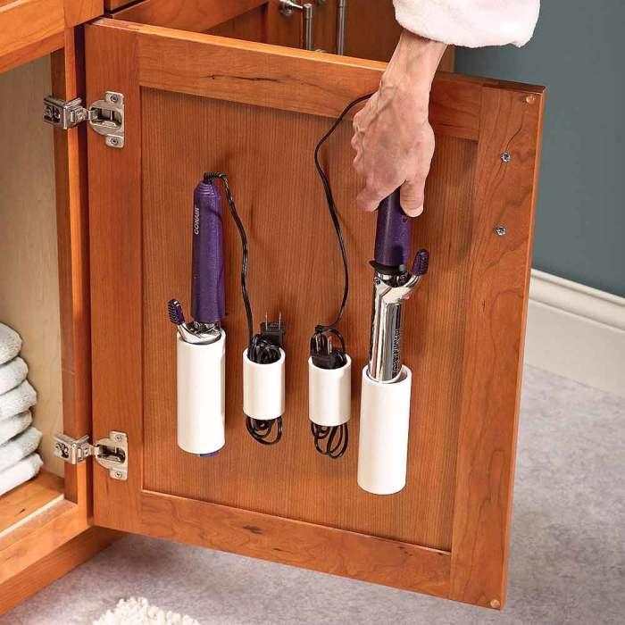 Обрезанные пластиковые трубы можно использовать для создания различных подставок для плоек и щипцов для волос.