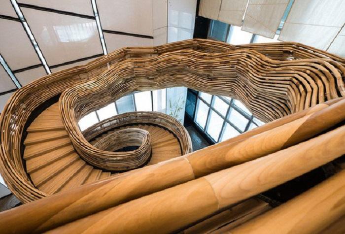 Спиралевидная деревянная лестница гармонично впишется в любой интерьер.