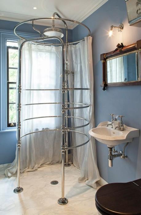 Стильная хромированная душевая кабинка в морском интерьере ванной комнаты.