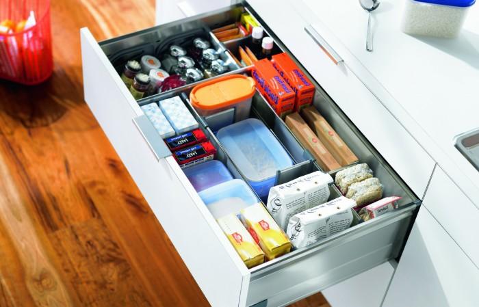 Металлические контейнеры в ящике позволят упорядочить кухонные мелочи.