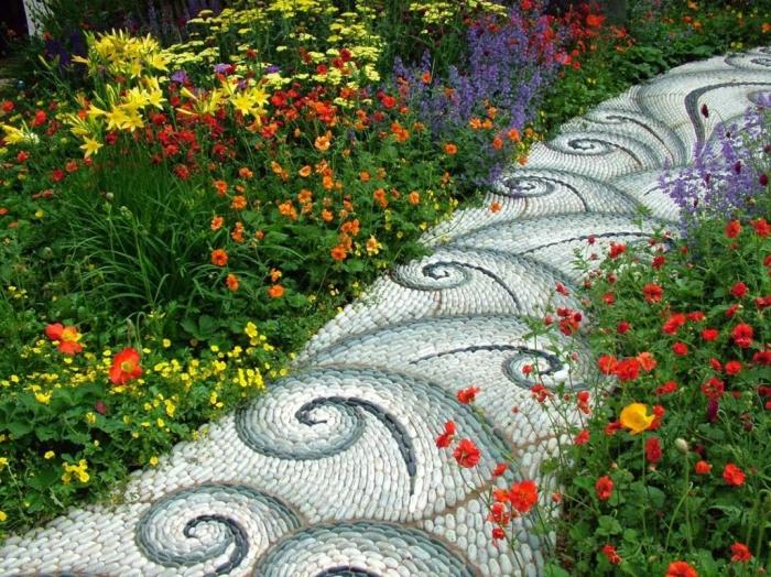 Садовая дорожка с узорами выложенная из мелкой гальки.