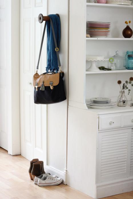 Деревянная катушка, прикрученная болтами к стене, может стать отличной вешалкой для небольшого количества вещей.