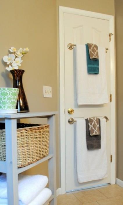 Если в ванной комнате мало места, можно разместить держатель для полотенец на двери.