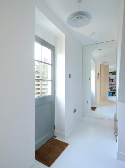 Прихожая станет зрительно больше, если одну из стен в помещении декорировать крупным зеркалом.