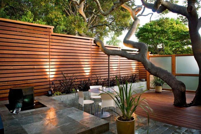 Несколько дешевле и проще с точки зрения монтажа, может обойтись деревянный панельный забор.