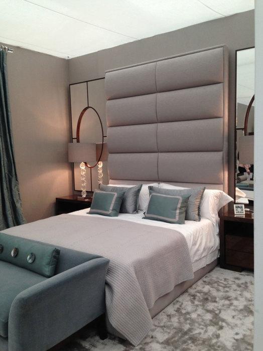 Серое изголовье кровати придаст интерьеру простоту и элегантность.