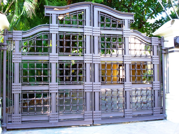Массивные металлические ворота - настоящее приобретение для загородного участка.