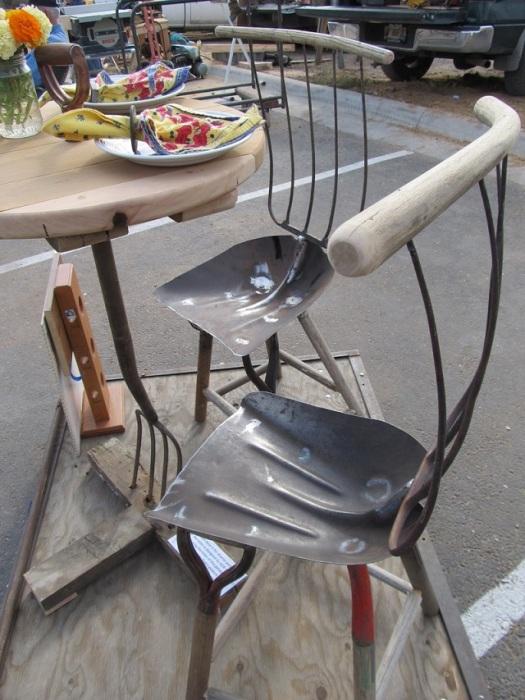 Декоративные стулья из старых металлических лопат и вил.