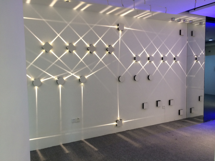 Настенные светодиодные светильники способны визуально расширить пространство и создать сказочную иллюзию.