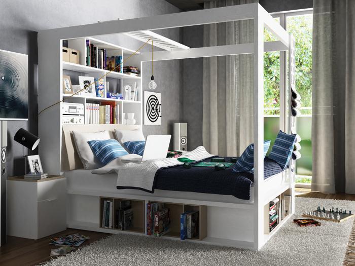 Двухместная кровать в классическом стиле, совмещенная с большим открытым стеллажом.