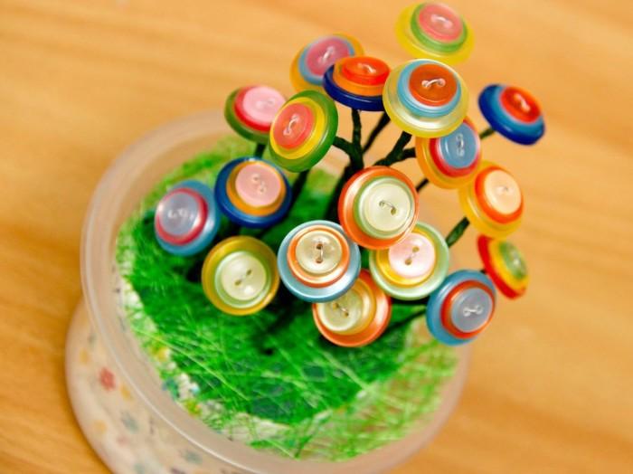 Декоративное маленькое дерево в пластиковом стакане из разноцветных пуговиц.