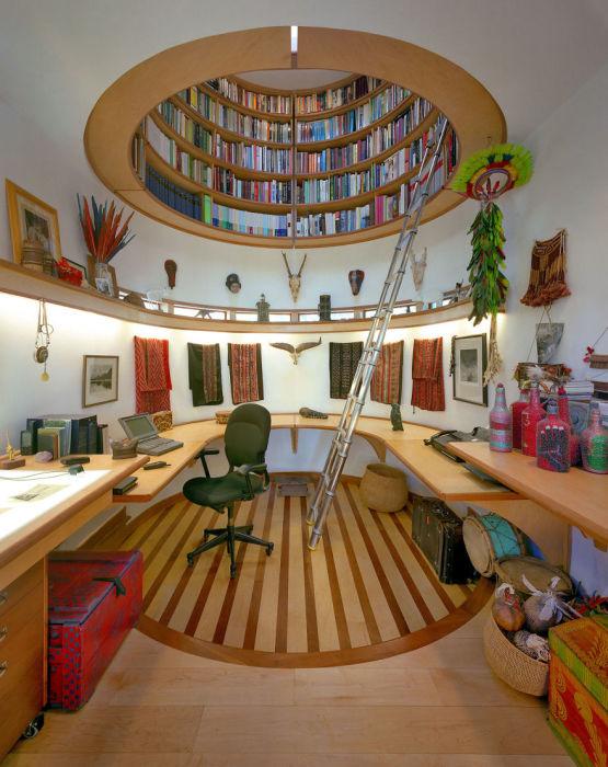 Функциональная домашняя библиотека, которая делится на различные зоны: читательскую и фондохранилищную.