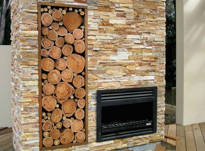 Панно возле камина из древесных спилов.