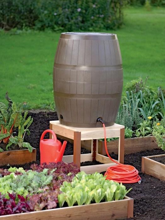 Самотечная капельная система полива для небольших приусадебных огородов и участков, которую можно легко создать своими руками.